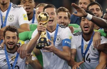 各大陸王者などで争われた今夏のコンフェデレーションズカップで優勝したドイツの選手たち=7月2日、サンクトペテルブルク(AP=共同)