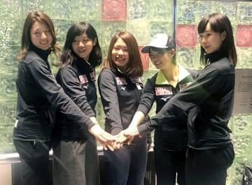 W杯への出発を前にポーズをとる高木美帆(左から2人目)ら=4日、成田空港