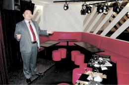 開業準備が進む店内で、オープンへの思いを語る前田さん