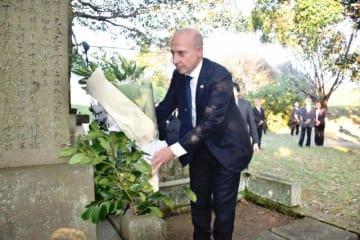 西都市の都於郡城跡で、伊東マンショの慰霊碑に献花するスタラーチェ駐日イタリア大使=6日午後