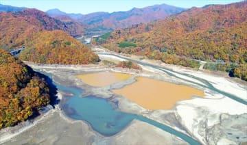 ダム工事で水が無くなった五十里湖=6日午後0時50分、日光市五十里、小型無人機から