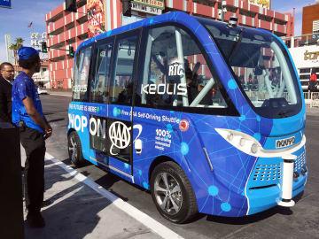 運行を始めた自動運転バスのうちの1台=8日、ネバダ州ラスベガス(AP=共同)