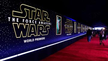 米ハリウッドの映画館に飾られた看板=2015年12月(ゲッティ=共同)