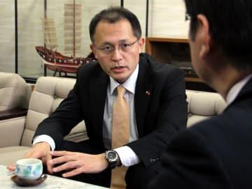 ノーベル平和賞決定と核廃絶へ向けた決意を田上市長に語る川崎氏=長崎市役所