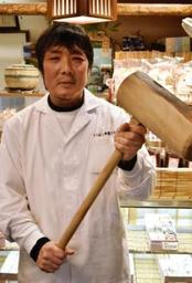 出張餅つきで使うきねを手にする橋本順光代表=神戸市須磨区前池町2