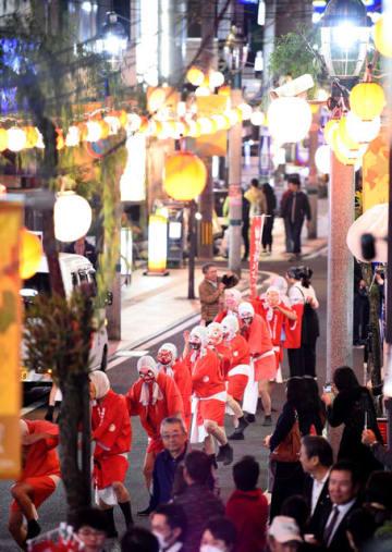 毎年恒例となった「ニシタチ」の夜を彩る紅白ちょうちんに灯がともされた繁華街=15日午後、宮崎市