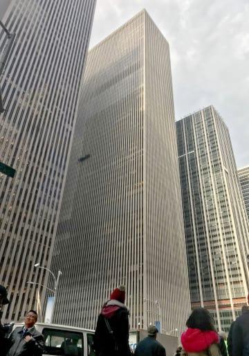 三菱東京UFJ銀行ニューヨーク支店が入るビル(中央)=15日(共同)