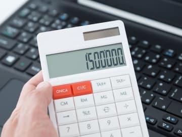 毎年末の年末調整で税金が還付されることは、臨時収入みたいでうれしいものです。しかし、たまに還付金が少なかったり、逆に天引き額が増えていたりする方もいます。