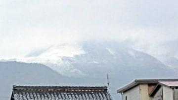 冠雪して白くなった伊吹山(16日午後4時54分、長浜市東上坂町)