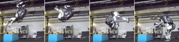 (左から)台の上から後ろ向きに跳び上がり、回転して着地する人間型ロボット「アトラス」(ボストン・ダイナミクスの動画から)