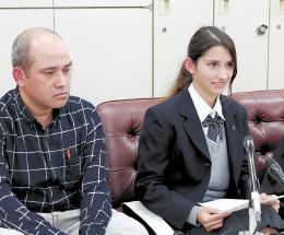 在留資格の変更許可を申請したアバさん(右)と父親のアルンさん