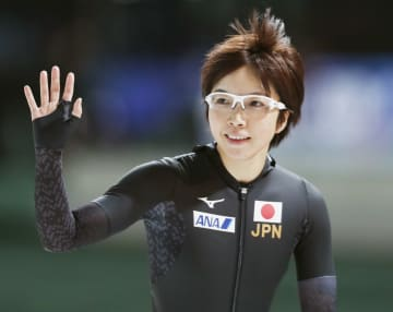 女子500メートルで優勝し、手を振る小平奈緒=スタバンゲル(共同)