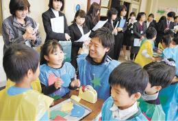 買い物客役と店員役に分かれ、英語でのコミュニケーションに挑戦する児童