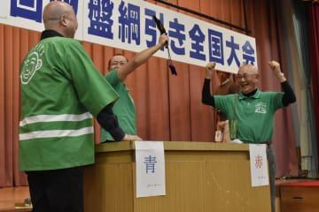 3連覇を果たしガッツポーズで喜ぶ成田さん(右)
