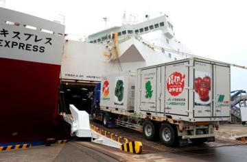 宮崎カーフェリーで神戸に向かうトラック。航路を維持するために県などが新会社を設立し、支援に乗り出す=2015年5月、宮崎市・宮崎港(画像の一部を加工)
