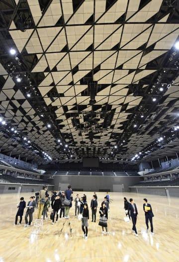報道陣に公開された、2020年東京五輪・パラリンピックでバドミントンなどが開催される「武蔵野の森総合スポーツプラザ」のメインアリーナ=20日午後、東京都調布市