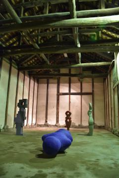 国指定登録有形文化財の酒蔵に展示された作品=桜川市真壁町田