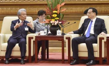 中国の李克強首相(右)と会談する経団連の榊原定征会長=21日、北京の人民大会堂(共同)