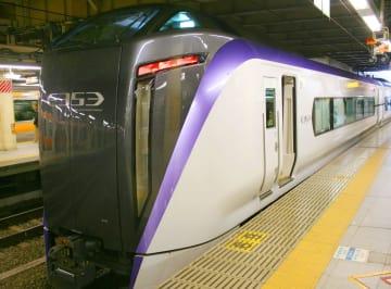 特急「スーパーあずさ」として12月にデビューするJR東日本の新型車両「E353系」=22日午前、JR新宿駅