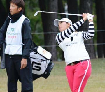 雨がぱらつく中、公式練習に臨む鈴木愛