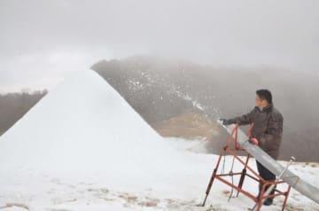 12月15日のオープンに向け、24時間態勢で雪造りが始まった五ケ瀬ハイランドスキー場=22日午前