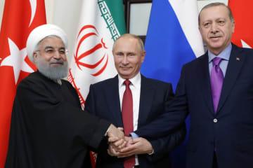 22日、ロシア南部ソチで会談した(左から)イランのロウハニ大統領、ロシアのプーチン大統領、トルコのエルドアン大統領(タス=共同)