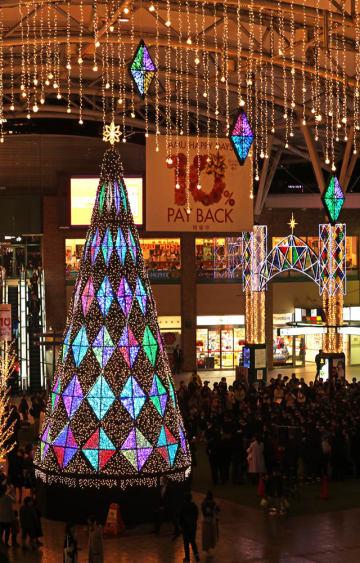 色鮮やかに輝くクリスマスツリーの点灯式=長崎市、JR長崎駅かもめ広場