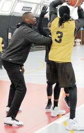 守備練習でチョル(3)に体を寄せて復調した姿を見せる坂本(左)