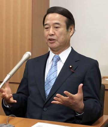 記者団の取材に応じる自民党の神谷昇衆院議員=24日午前、国会