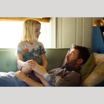 実の娘同然に育てた姪(マッケナ・グレイス、左)との愛情物語に挑戦したクリス・エバンス