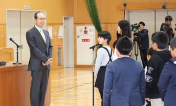 福岡県朝倉市の久喜宮小を訪れたプロ野球ソフトバンクの王貞治球団会長(左)=24日