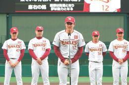 ファンの前で自己紹介する東北楽天の近藤(中央)ら新人選手