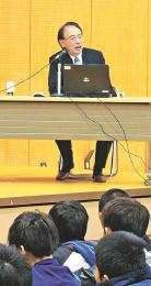 ロシア文学の「罪と罰」を解説し、読書の魅力について講演する亀山学長