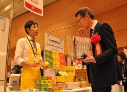 バイヤー(右)に商品を説明する出品企業の担当者