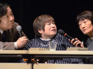 講演する胎児性水俣病患者の加賀田清子さん(中央)=25日午後、熊本市