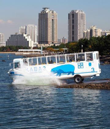 東京湾に入る富士急行の水陸両用バス=24日、東京都港区