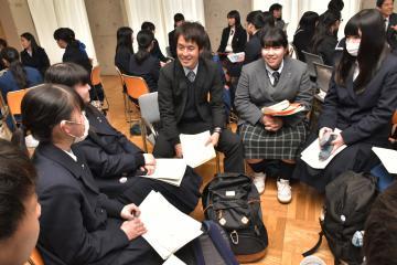 若手教員と意見を交わす高校生たち=水戸市大町