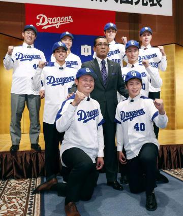 中日の入団発表記者会見で、森監督(中央)を囲んでポーズをとるドラフト1位の鈴木博志(前列左)ら新人選手=27日、名古屋市