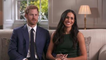 27日、ロンドンでのテレビインタビューで婚約について語るヘンリー英王子(左)とメーガン・マークルさん(AP=共同)