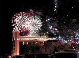 花火が冬の夜を彩った昨年の開幕イベント。実行委は毎年、資金集めに苦労している=2016年12月3日