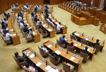 米海兵隊員が逮捕された飲酒死亡事故への抗議決議を全会一致で可決した沖縄県議会=28日午後