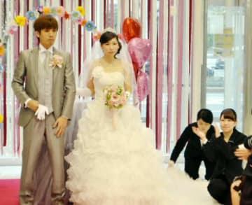 阿部諒さん、理絵さん夫婦の結婚式を手掛ける専門学校生たち(右側の2人)=大分市東大道