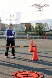 ドローンを飛行させる研修の指導員=神戸市東灘区向洋町西3