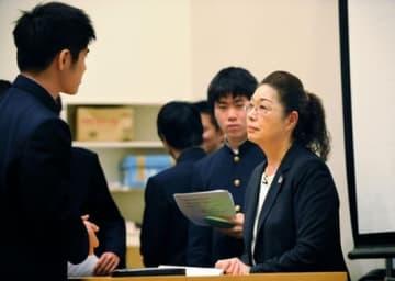 1年生約220人に授業後、駆け寄ってきた生徒たちから質問を受ける寺西笑子さん=京都市北区の洛星高校(撮影・井田公雄)