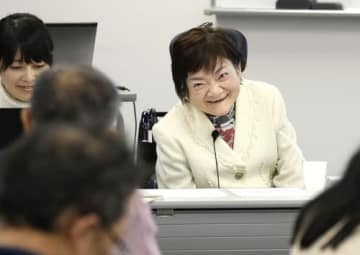 講演する小山内美智子さん。「障害がある私の存在を決して隠そうとしなかった」と亡き母の思い出も語った=札幌市中央区(撮影・武居雅紀)