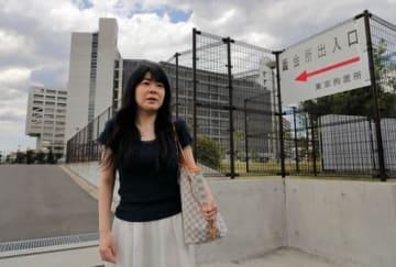東京拘置所で代理面会を終えた阿部恭子さん。「外部と隔離される加害者は、差別に直面する家族のつらさが分からない。ギャップを埋めるのも私の役割」=6月12日、東京都葛飾区(撮影・堀誠)
