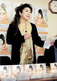 ミニアルバムの発売を前に、曲の魅力を紹介する前川原さん