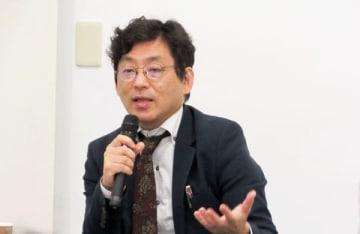 「台湾人としてのアイデンティティーを育み社会に活力を生む『復元力』がある」と話した共同通信社台北支局長の塩沢氏=23日、台北市(NNA撮影)