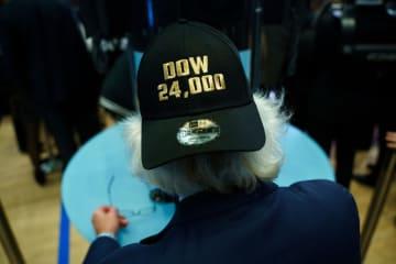 「ダウ2万4000ドル」の帽子をかぶるニューヨーク証券取引所のトレーダー=11月30日(ゲッティ=共同)