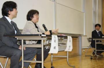 プログラムの概要や意義を説明する今村教授(左)と吉田教授(左から2人目)=長崎市文教町、長崎大